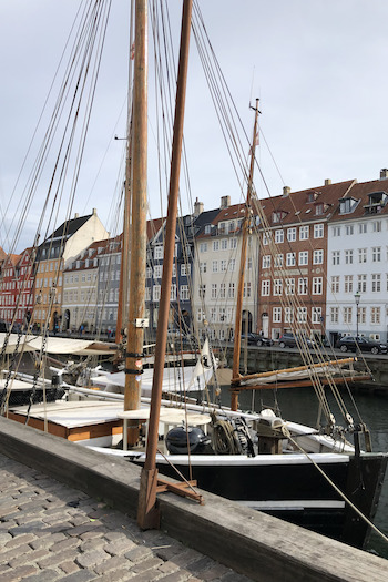 At the harbor of Copenhagen Nyhavn you can find beautiful old boots along the water. A cool photo spot for tourists.
