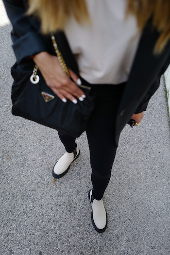 Sonia Dhillon wearing a complete black Outfit, a black blazer and a black leggings and combined it with CPH735 in vitello ecru. The photo is taken from a bird's eye view.
