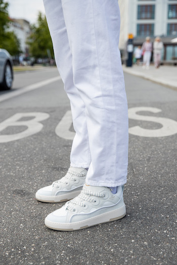 An excerpt where the focus is on the shoes and pants from @alessawinter. She wears a beautiful all-white look with matching CPH201 Leather mix white.